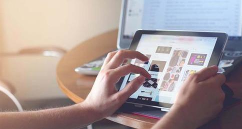 foto de mulher observando os diferentes tipos de anúncio online