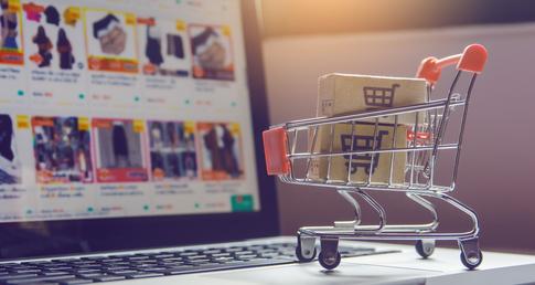 carrinho de compras em frente a notebook representando como vender pela internet