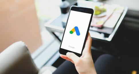 mão segurando celular representando o certificado google ads
