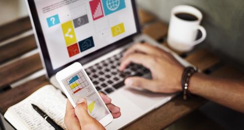 homem trabalhando com O que é o Marketing Digital